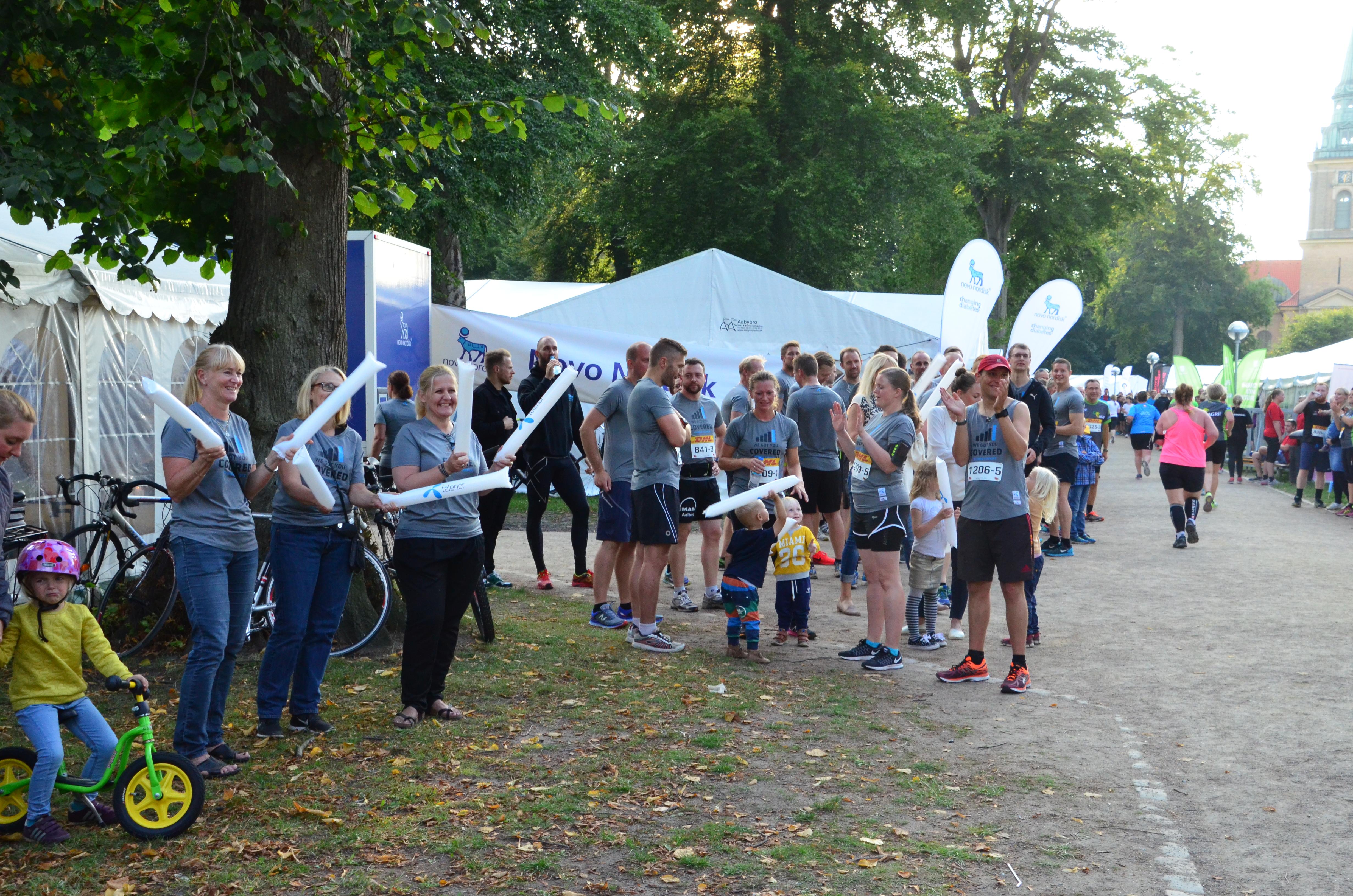 Gode kollegaer står klar til at heppe på løberne til årets DHL Stafet. Foto: Lars Zimmer Christensen