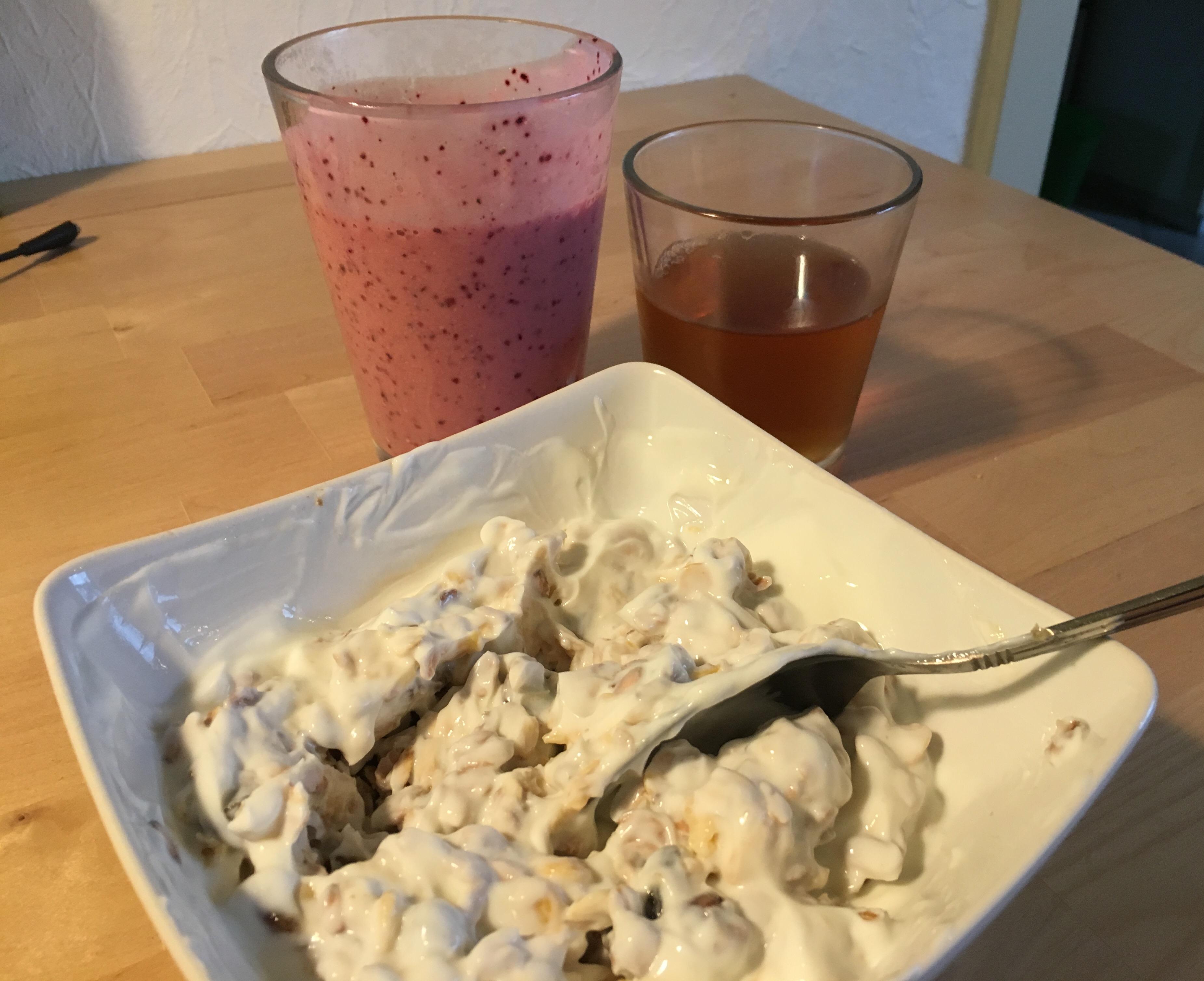 Skyr med müsli, bærsmoothie og æblejuice er måske ikke ligemeget det mest spændende måltid, men det virker rigtigt godt for mig.