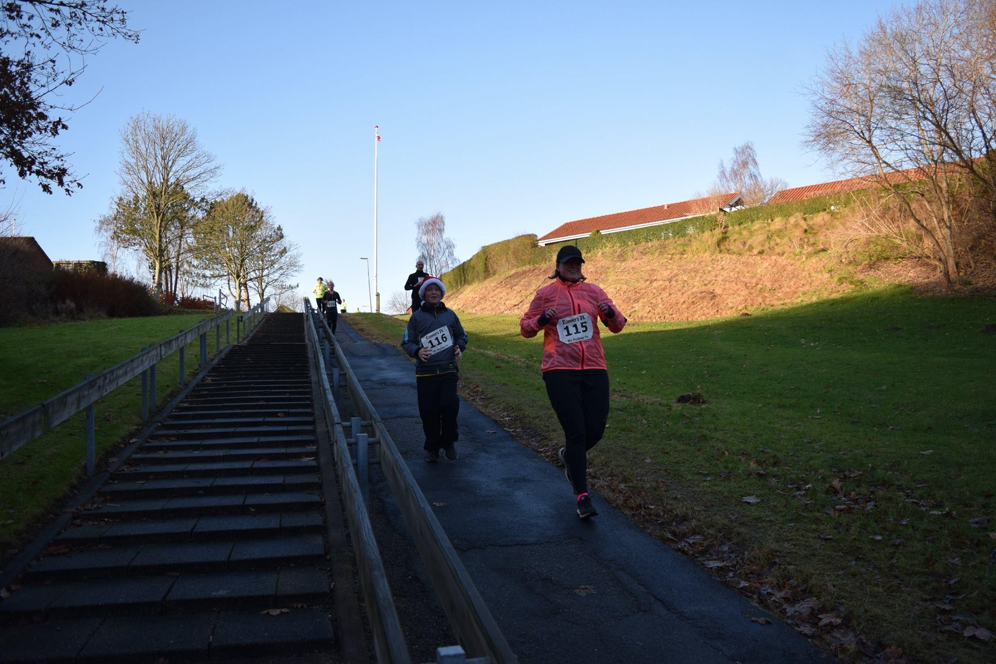 Dorte og Nikolaj på vej ned imod søerne - inden det igen går op af bakke! Foto: Runners DK